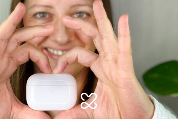 Technik-Lieblinge: Apple AirPods Pro mit Händen wie ein Herz gehalten
