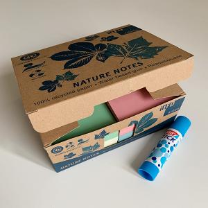 Nachhaltige Haftnotizen in Pastellfarben und Klebestift