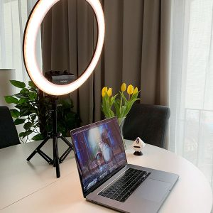 Neewer Ringlicht mit Stativ auf Schreibtisch