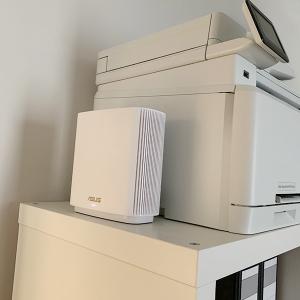 Weißer Router auf Büroregal